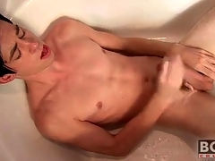 Twink cums on his assent to nigh the bathtub